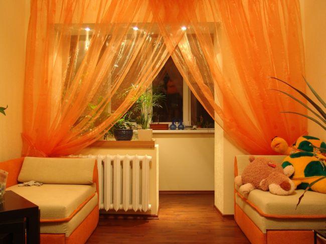 Оранжевые шторы на окне с подсветкой