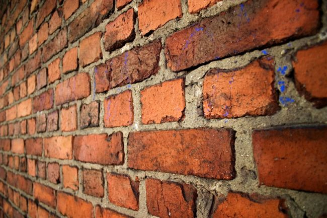 An-old-brick-wall-in-English-bond-laid-with-alternating-courses-of-headers-and-stretchers