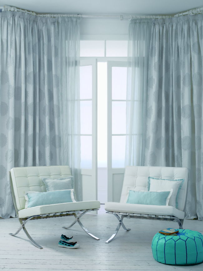 fancy-blue-curtains-in-the-living-room