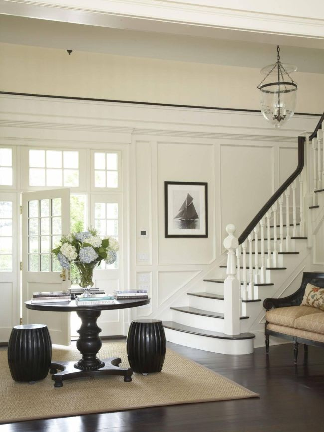hallway-with-a-large-table-photo-02