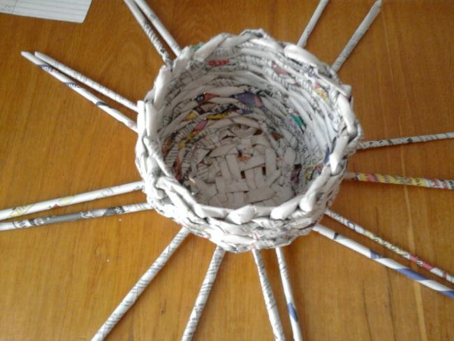 плетение из гагазет-кружка и корзиночки (26)
